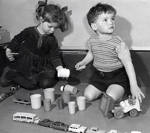 Kinderen spelen met speelgoed op de vloer. Nederland, 1958.