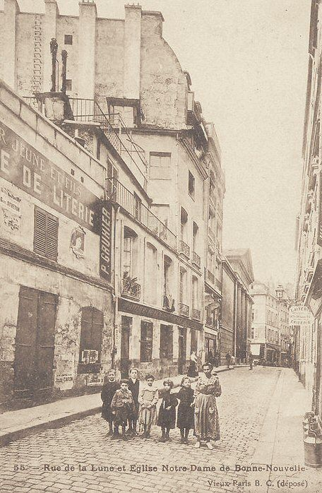 rue de la Lune - Paris 2ème La rue de la Lune pas loin de l'église Notre-Dame de Bonne-Nouvelle, vers 1900.
