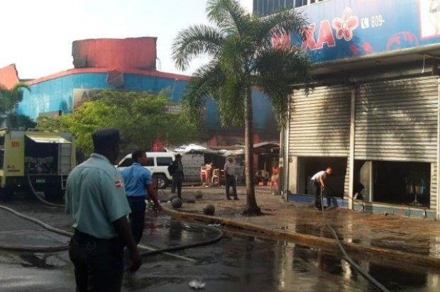 Fuego afecta importadora MXA en la avenida Duarte; bloquean tránsito