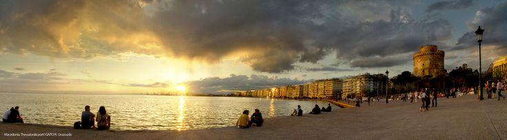 Een prachtige zonsondergang aan de boulevard van Thessaloniki.