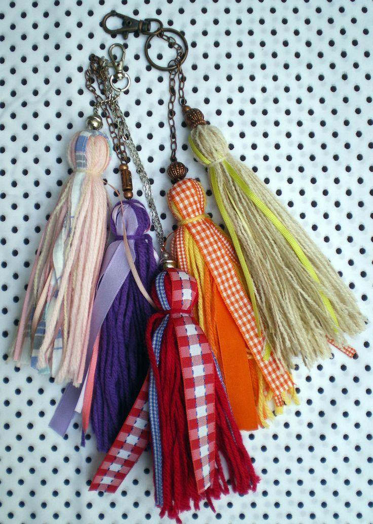 Borlas medianas de lana y cintas