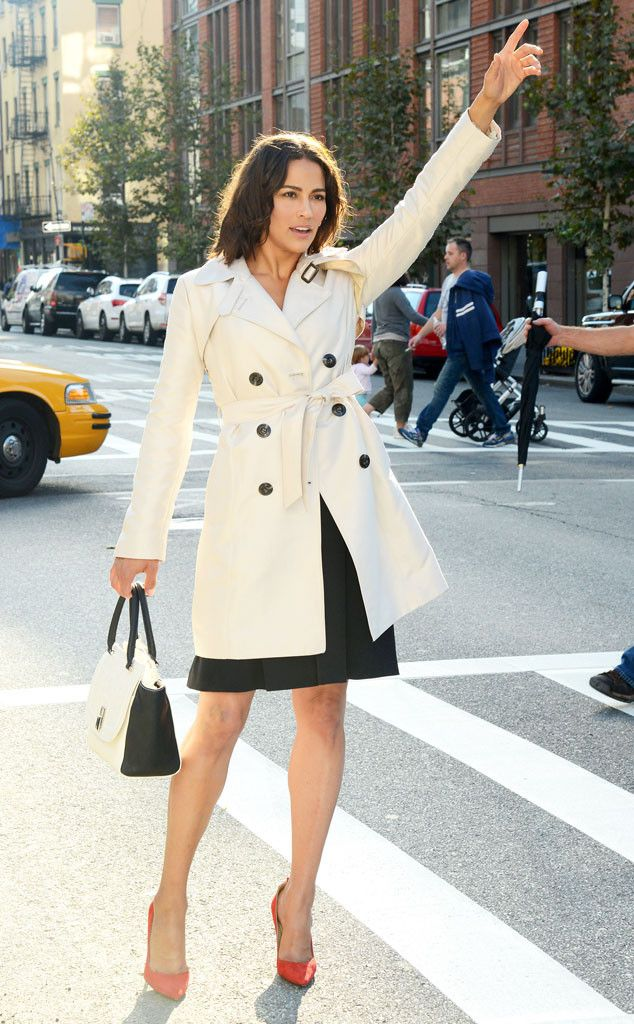 OMG, Paula Patton's perfect trench, bag and heels are everything!