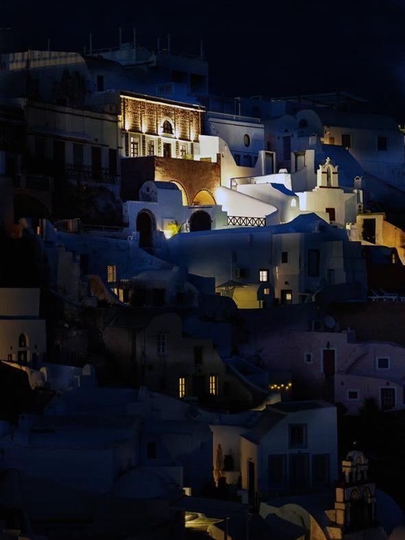 CHARME MEDITERRANEO A SANTORINI: DI NOTTE Una vista notturna della casa, che con la sua facciata in mattoni rossi aggiunge un'ulteriore nota di colore nel variopinto scenario del villaggio di Oia, a Santorini.