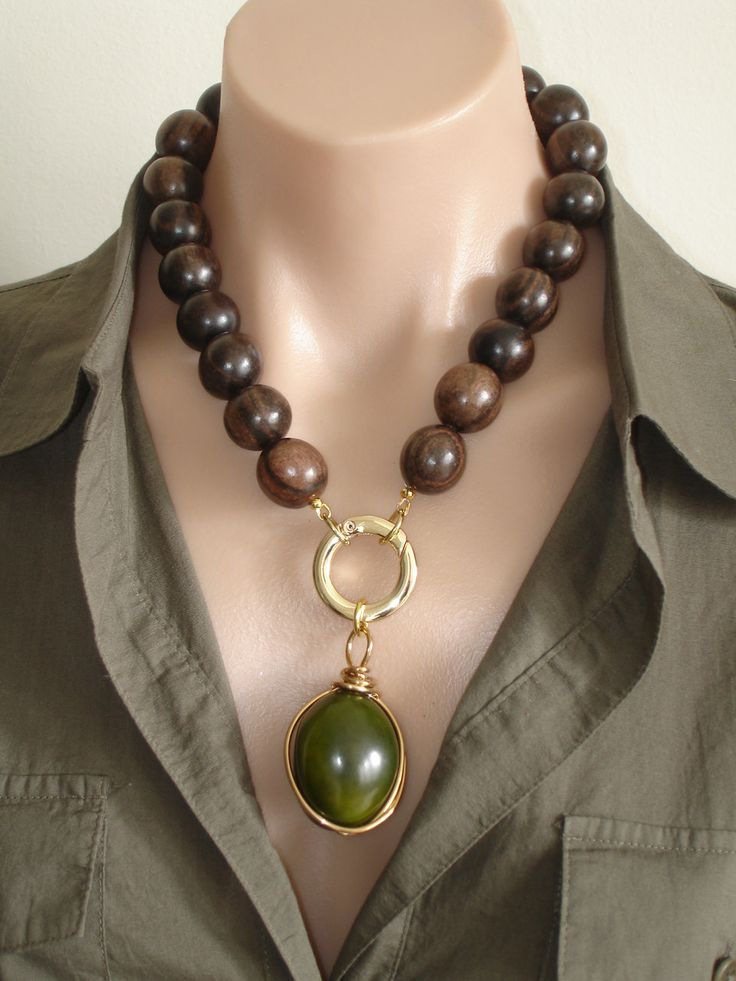 Collar de madera de ébano de Ashira con verde por AshiraJewelry