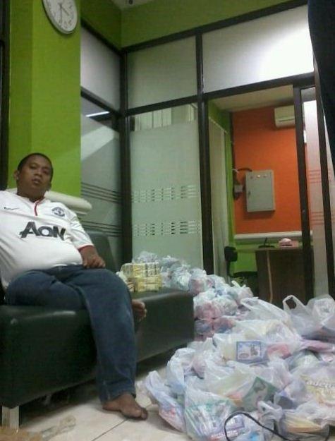 03:30 WIB packing 300 paket bantuan utk korban banjir Babelan dr para donatur peduli,sgr didistribusikan diawal pagi
