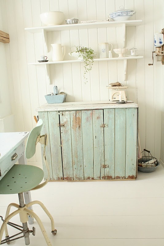 Nice blue and white: Pallets Cabinets, Decor Ideas, Shelves, Outdoor Kitchens, Wood Crafts, Wood Pallets, Norsk Interiørblogg, Blue And White, Green Paintings Colors