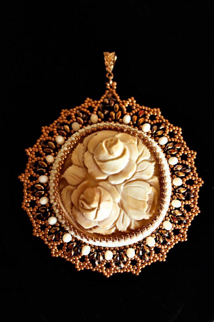 Ciondolo cammeo inciso a mano con rose/fiori tema floreale flower carnelian cameo  peyote di DiOpeGioielli su Etsy