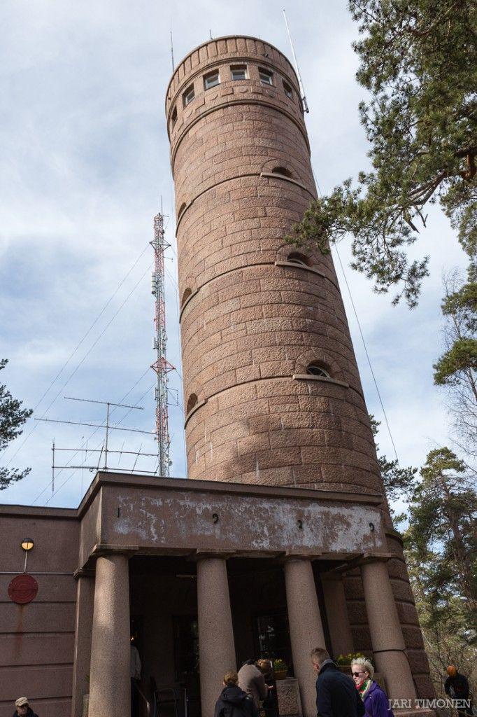 Pyynikin näkötorni. Näkötornille houkuttelevat kolme m:ää: maisemat, maasto ja munkki.