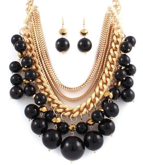 Perlas negras y cadenas doradas