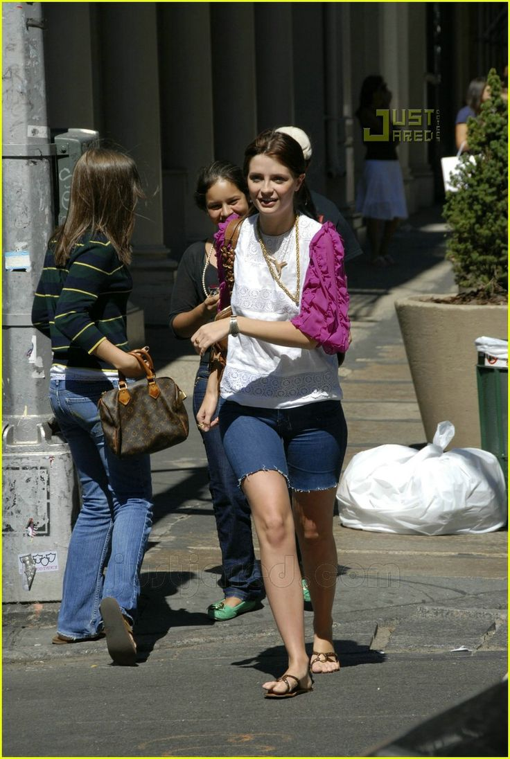 Mischa barton casual and pale toes on ground