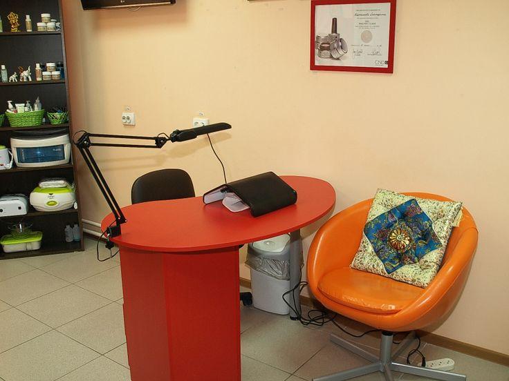 Стол для маникюра, место клиента