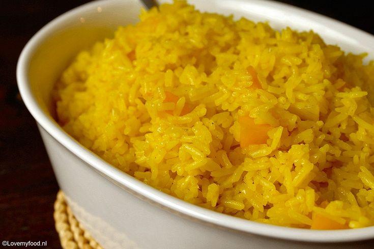 Als kind maakte ik deze gele rijst met perzik al. Toen ik een jaar of elf was wilde ik graag leren koken. Dit was één van de eerste recepten die ik helemaal zelf kon klaarmaken.   Elke week mocht ik een keer zelf eten koken van mijn moeder. We hebben dus een hele tijd wekelijks gele rijst met perzik gegeten!