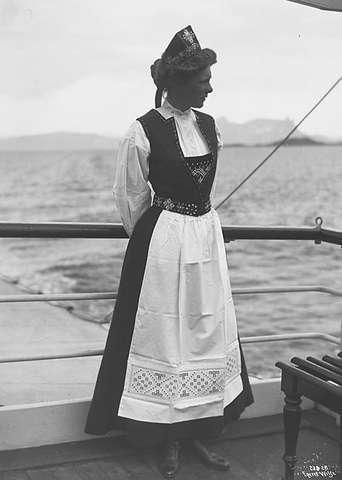 Galleri NOR; Miss Williams i Hardangerdragt 1903