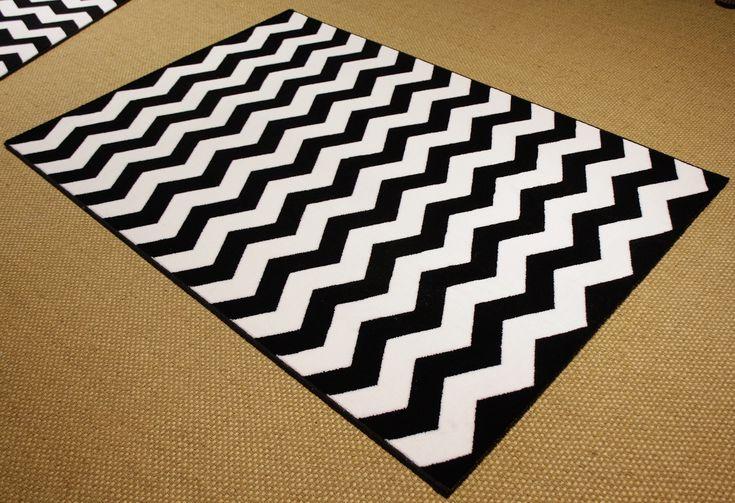 Alfombra moderna, resistente y económica con print chevron en blanco y negro. Modelo DREAMS 11 de @Mundoalfombra.com.com.com