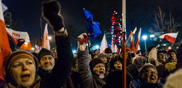 Lengyelországban+győztek+a+médianyilvánosságért+és+a+szólásszabadságért+küzdő+médiamunkások,+újságírók+és+ellenzékiek.+Szép+siker,+a+kormány+meghátrált.+Aki+viszont+azt+gondolja,+hogy+ez+a+siker+Magyarországon+is+megvalósítható+lenne,+nos+annak+nem+lenne+igaza.+Pár+sajnálatos+különbség,+ami…
