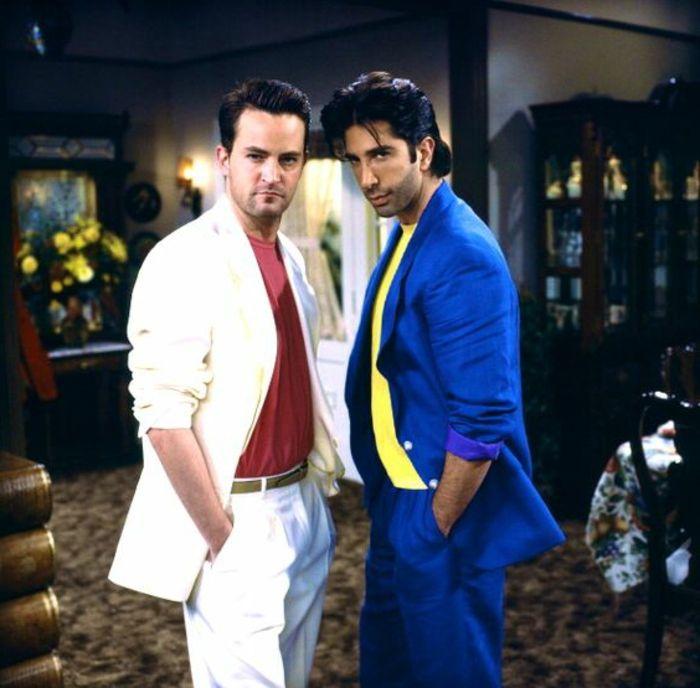 80er Jahre Outfit Friends   weißer Anzug mit roter Bluse, blauer Anzug mit gelber Bluse, Matthew Perry, David Schwimmer