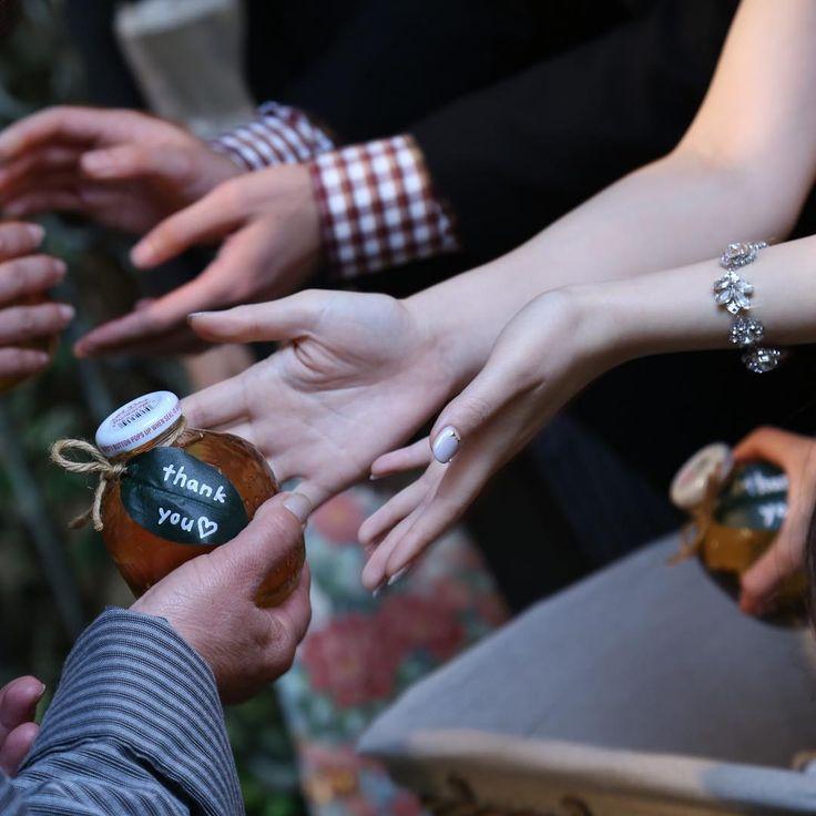 結婚式に来ていただいた方にお渡しするプチギフト。幸せのおすそ分けになるプチギフトには、結婚式に来てくれた誰もが喜んでくれるものを選びたいですよね。そこで今回はゲストが「もらって嬉しい」と実際に頷いたプチギフトを特集しました。見た目にも可愛く、お祝いムードを高めてくれるような人気のアイテムをたっぷりご紹介しています。