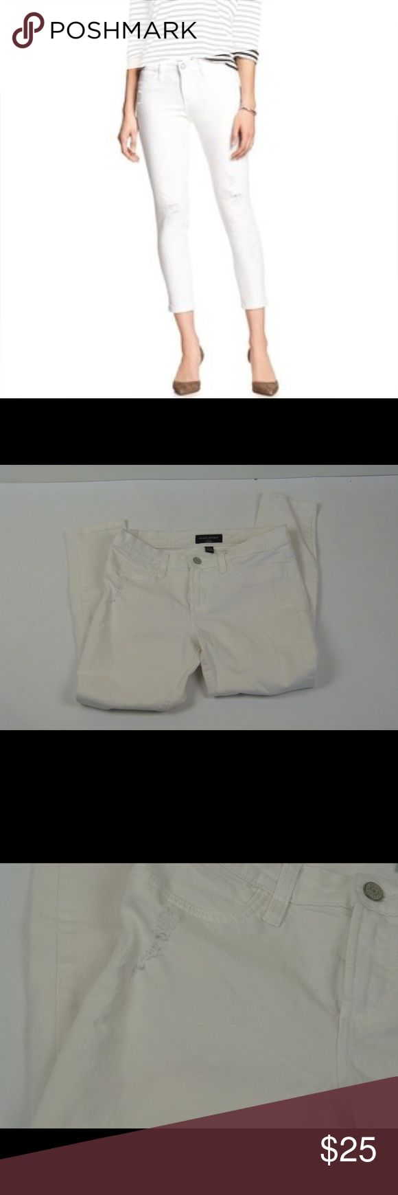 """Banana Republic White Distressed Legging Jeans Banana Republic White Distressed Legging Jeans Cropped Size 8 Excellent pre-owned condition 92% cotton, 6% poly and 2% spandex 8"""" rise 15"""" across the waist  25"""" inseam Banana Republic Jeans Ankle & Cropped"""