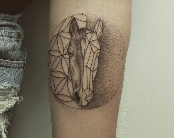 die besten 25 pferde tattoos ideen auf pinterest hufeisen tattoos pferdekopfzeichnung und. Black Bedroom Furniture Sets. Home Design Ideas