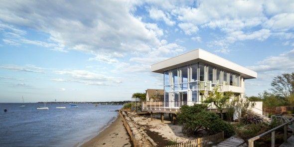 Richard Meier, siendo un arquitecto que ha ganado un Premio Pritzker, conocido por sus proyectos ambiciosos como el Centro Getty en Los Angeles, se interesó en crear una pequeña casa de 185m cuadrados.