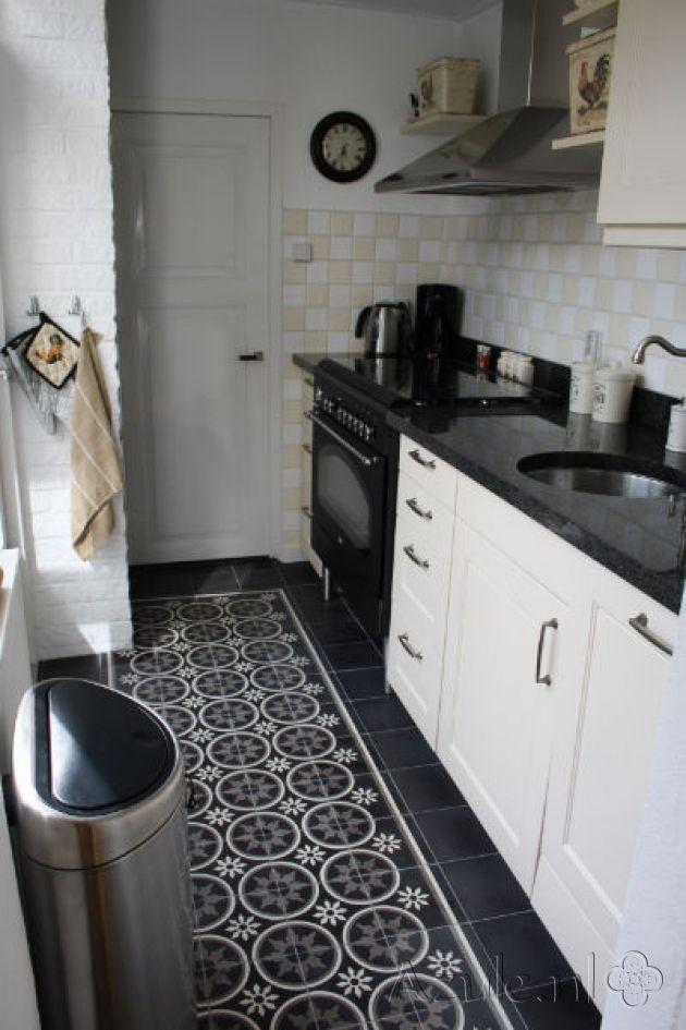 Cementtiles kitchen - Negra 19 + Border en Corner - Egal Negra S800 - Project van Designtegels.nl