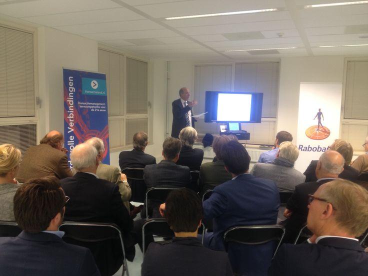 Auteur Nanko Boerma tijdens zijn presentatie op het druk bezochte mini-seminar 'Waardevolle verbindingen' ism Rabo Amstel&Vechtstreek en Peugeot-van Mosselgroep Amstelveen. #nankoboerma #waardevolleverbindingen #futurouitgevers
