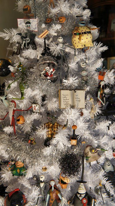 Greg Horn (cover artist for Marvel, DC, and other comics) put together a fabulous Nightmare Before Christmas tree.