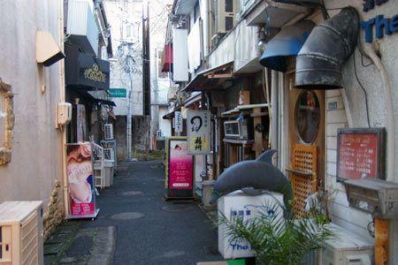 浜松の有楽街(浜松市中区田町)。 「味の十八番街」の入口のゲートがあります。 道幅の狭い横丁が続きます。 飲み屋と風俗店が混在する通り。