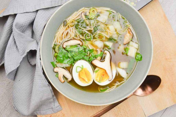 Met dit makkelijke, maar extreem gezond recept voor overheerlijke miso soep met shiitakes, paksoi en rijstnoedels vind je zo je balans weer terug.