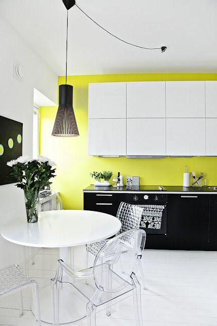 Cocina de diseño minimalista con acentos de color neón que generan puntos de interés.