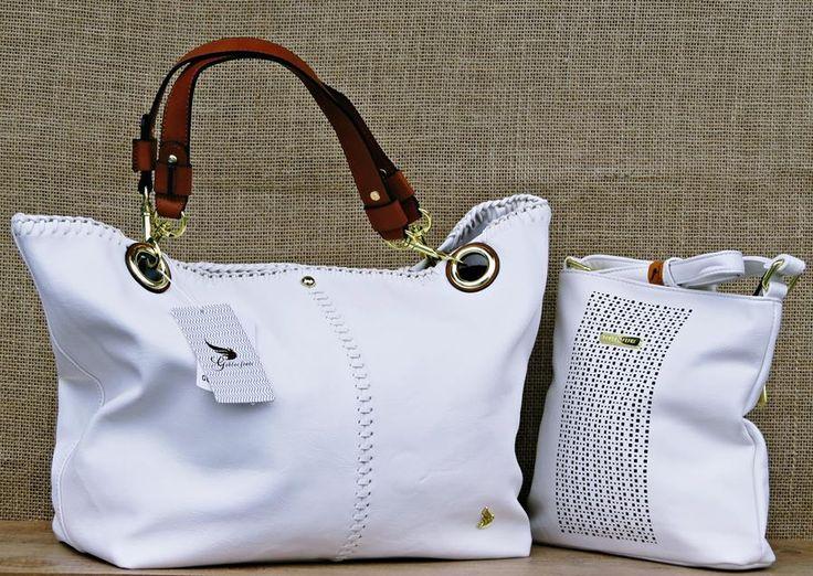 A Bolsa Feminina Golden Fênix B1104181 Branca é excelente para as mulheres que adoram esbanjar estilo e elegância, e com esse recorte folheado na abertura que deixa sua bolsa mais linda e feminina no seu dia a dia.