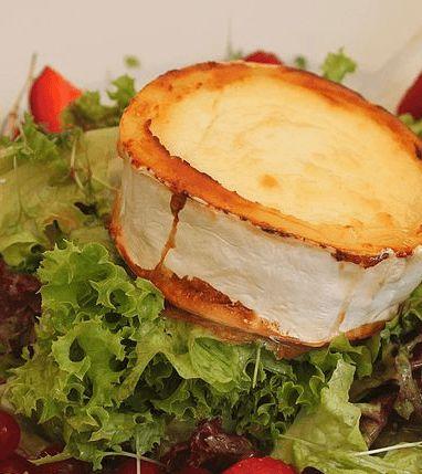 Franse warme bietensalade geitenkaas met honing-balsamicodressing en bestrooid met pistachenoten. Klinkt goed! ✓ 100% koolhydraatarm ✓ Makkelijk Afvallen