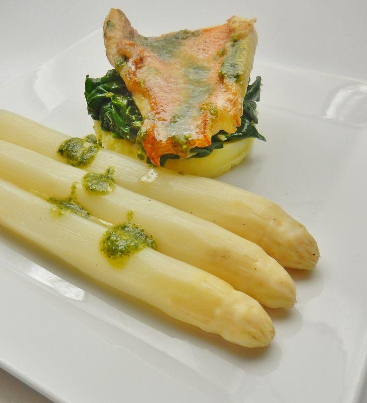 hollandse asperges met roodbaars en pesto