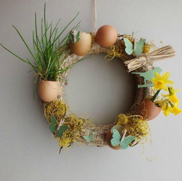 ostern deko außen haustür kranz stroh eierschalen vasen