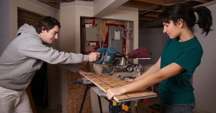 Dicas fáceis de como fazer cortes angulares com serra. Uma mitra é qualquer corte em madeira que não seja em 90º. Ela pode ser feita com uma serra de esquadria, com uma serra manual com a caixa de esquadria, com uma serra de mesa com graminho ou uma serra de fita. Juntas angulares -- onde dois cortes são unidos -- são comuns em molduras e móveis finos.