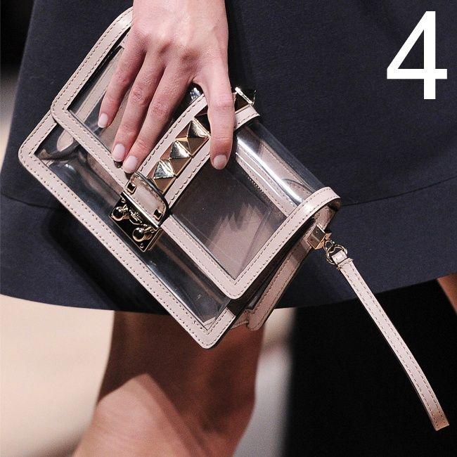 La borsa in PVC e se non è la borsa, che siano le scarpe. Trasparenza plastica: questa è la formula magica per la primavera alle porte, per quanto riguarda gli accessori. Ci piacciono quelli firmati Valentino, Givenchy, Burberry Prorsum e Marc by Marc Jacobs.