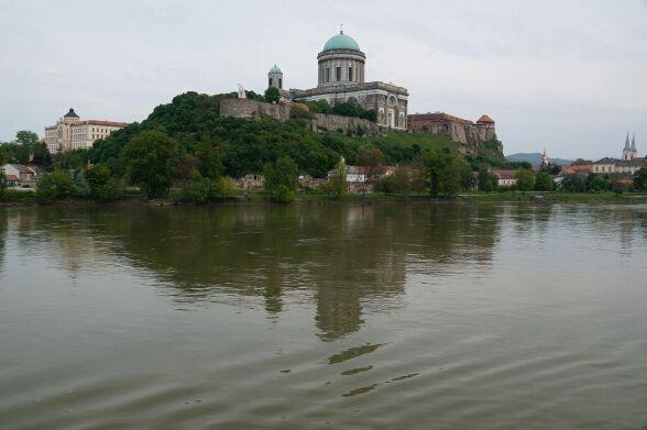 Flusskreuzfahrt Tag 3: Ich genieße den Vormittag an Deck bei dem ein und anderen Getränk. Schön wie die Landschaft an uns vorbei zieht. Der Kapitän kündigt unseren nächsten Stopp an.  Esztergom ist eine der ältesten Städte Ungarns. Früher war sie die Hauptstadt Ungarns.   #Bratislava #Budapest #Donau #flusskreuzfahrt #MSMaxima #nickocruises #flussreisen #Passau #Reisebericht