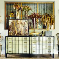 Muebles-espejo, lámparas doradas, peces, mariposas, flores, ramas y palmeras... La modelo y diseñadora de joyas Laura Ponte ha creado en su casa de Madrid un mundo de fantasía, vegetal y romántico.