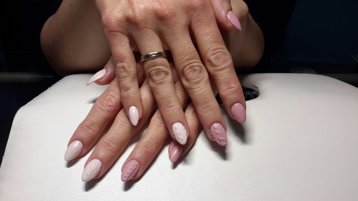 Pink-nude ivoire almondshaped acrylic manicure with knitted design.