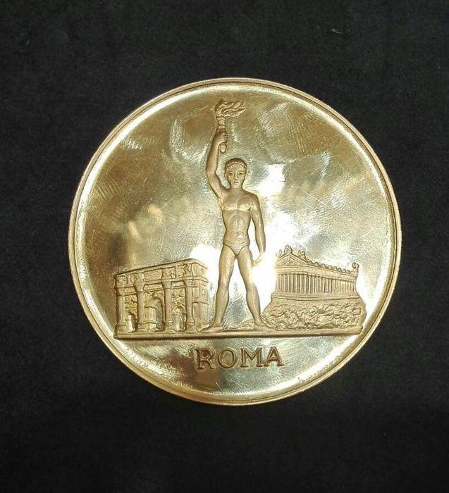 Italië - grote medaille 1960 ter herdenking van de Romeinse XVII Olympiade - goud  Zeer zeldzame gouden medaille ter herdenking van de Romeinse XVII Olympiade officieel 1960. Getroffen door de Italiaanse munt in goud 900/1000 (gewicht: 105 gram) compleet met doos en certificaat.In uitstekende staat zoals afgebeeld in de foto's.Verzending met verzekering en tracking ten laste van de koper.  EUR 2900.00  Meer informatie