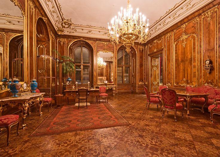 Orechová izba /Walnut Room/ - slúžila Františkovi Jozefovi ako audienčná miestnosť.Steny sú obložené orechovým drevom,ktoré pochádza z doby okolo roku 1765, keď bolo západné krídlo zariadené pre Jozefa ll.