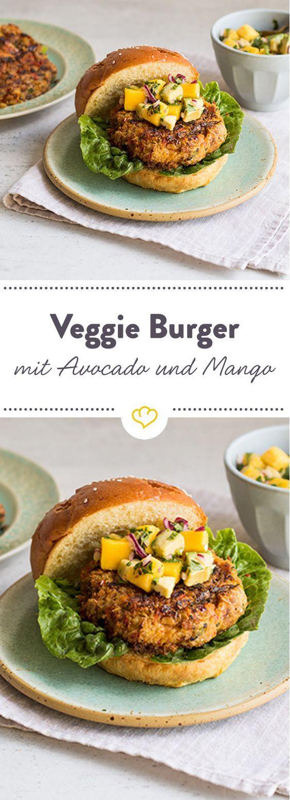 Warum nicht mal vegetarisch? Dieser leckere Burger mit Mango und Avokado Topping steht seinen fleischigen Kollegen in nichts nach.