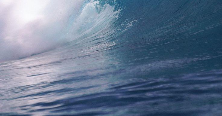 Causas de los tsunamis y los terremotos. Los tsunamis y los terremotos son eventos naturales que pueden causar destrucción masiva. Los dos fenómenos suelen estar relacionados, ya que el movimiento de los terremotos puede causar tsunamis. Aunque éste no siempre es el caso, si ocurren cerca del océano y desplazan grandes masas de agua, los tsunamis pueden suceder.