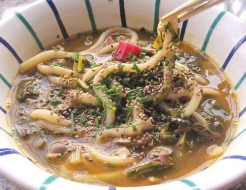 Suppe mit Udon-Nudeln und Mangold