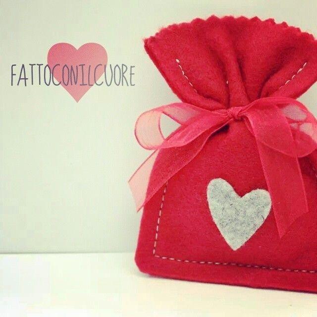 sacchetto realizzato a mano in pannolenci con cuore grigio melange al centro, visita il mio shop http://www.misshobby.com/fattoconilcuore