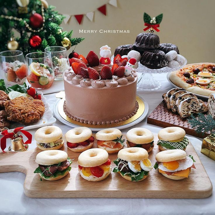 Christmas party ・ ・ クリスマスパーティー昼の部 ・ ・ こんばんは〜〜 ・ ・ 今日はクリスマスパーティーやりきりました〜 ・ ・ 昼は仲良しのお友達を呼んでクリスマス会 ・ ・ プレゼント交換なのに、みんな自分の用意したプレゼントがいいと口うるさい母さん、黙っちゃおれず無理やりプレゼント交換させました(笑) ・ ・ そして、夜の部は家族で✨ ・ ・ こちらもまたまたpostさせてくださいね ・ ・ よい、クリスマスイブを✨✨ #手作り#手作りケーキ#シフォンケーキ#サンドイッチ#ベーグルサンド#クリスマス#クリスマスケーキ#クグロフ#スノーボール#クリスマスパーティー#クリスマスハピネス#クッキングラム#おうちごはん#デリスタグラマー#デリミア #homeparty#christmasparty#homemade#chiffon#pizza#sandwich#foodstyling#foodie#lin_stagrammer#christmas