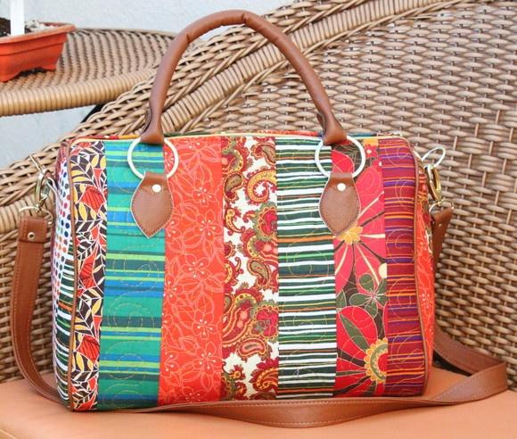 Bolsa em tecido importado, quiltada. Aplicações em couro nas alças e metais reforçados. R$250,00