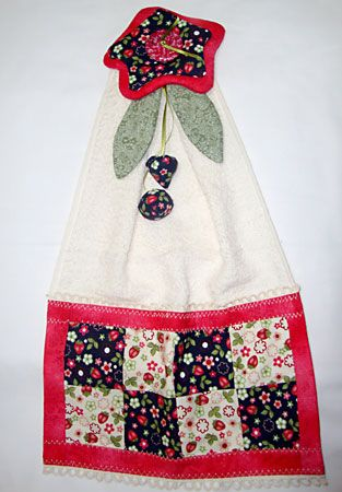Bate-mão decorado com barrado em patchwork e flor de tecido