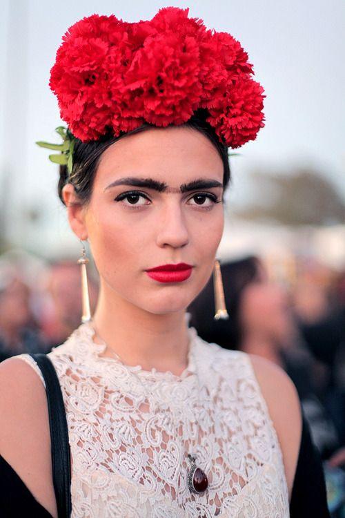 """Quer sair de Frida? Capriche na """"monocelha"""", nas flores vermelhas no cabelo e no carão."""