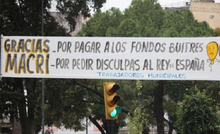 """La ciudad santafesina amaneció con unos particulares carteles en """"homenaje"""" al Presidente y las promesas incumplidas - 30.07.2016"""